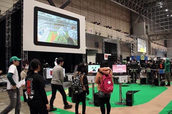 参加者は赤チームと青チームに分かれて対戦し、観客は中央の大画面で観戦する
