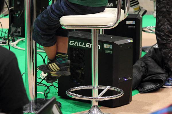 PCは1人1台。液晶ディスプレイを置いたテーブルの足元にあった