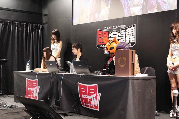 登壇したのは左から声優の一ノ瀬翠氏、同じく声優のランズベリー・アーサー氏、DMM.comの松本プロデューサー、顔が隠れてしまっているがファミ通.comのミス・ユースケ氏。松本氏はゲーム内の種族「カジート」の被り物をしていた