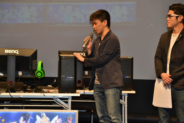 「クロスファイア」などを運営するUtoPlanetのゲーム事業部 チーム長の山下航平氏が、ステージでGALLERIAを紹介