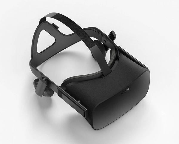 Oculusの「Rift」。ゴーグルとヘッドホンが一体になっている。使うには高性能なパソコンが必要だ
