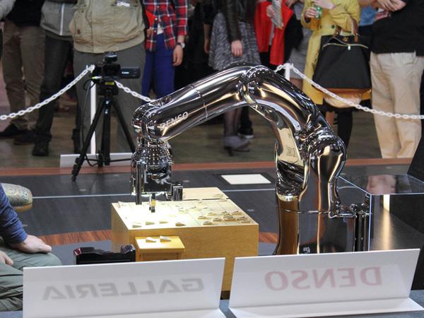 中央のステージでは、ロボットアーム「電王手さん」(デンソー)との対戦を体験できた。電王手さんは、プロ棋士と将棋ソフトが対戦する「電王戦」で使用されたものだ。制御しているのはガレリアのPC。