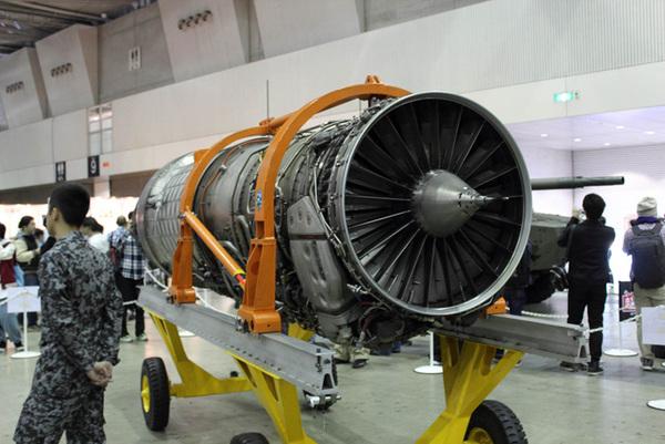 航空自衛隊の戦闘機「F-15J」「F-15DJ」で利用されているエンジン「F100-IHI-220E」。長さ5m、重さは1.5トンほどもある