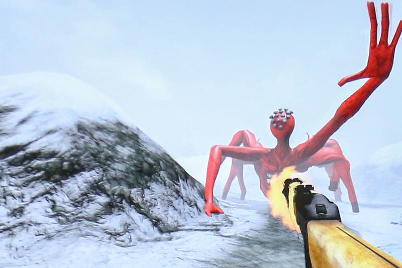 2つ目のシーンでは持っている銃で「BETA」と実際に戦うことができる。液晶ディスプレイで見ると、よくあるゲームの一画面のように見えるが、実際にViveで「BETA」を目の当たりにすると、その大きさと迫力で思わず仰け反ってしまう人も多い