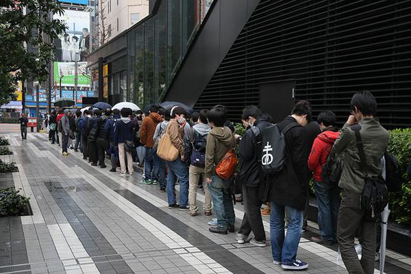4月3日(日)に行われたMuvluv x HTC Vive 体験会の入場を待つ人たちの列。雨にもかかわらず多くのMuvluvファンが集まった