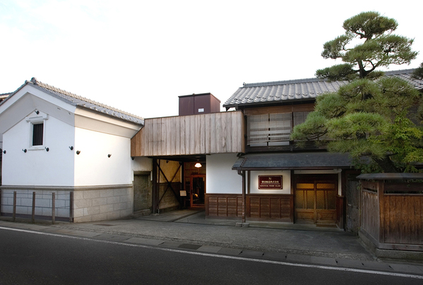 日本家屋と蔵が印象的な勝沼醸造の社屋