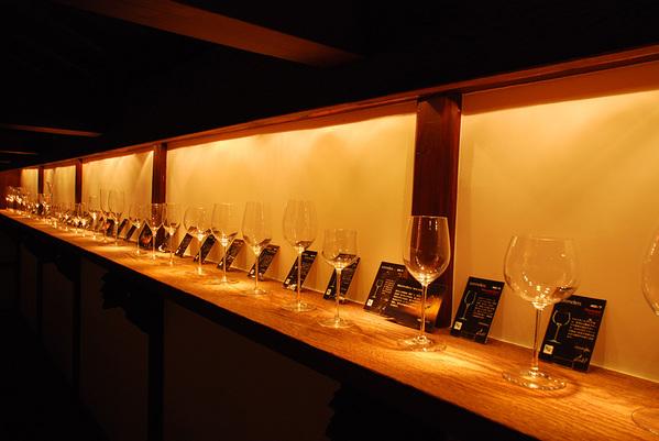 勝沼醸造 蔵の2階はリーデル社の美しいグラスがずらりと並ぶギャラリー。