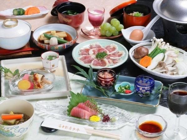 富士野屋夕亭 秋の夕食の一例。名物はホロホロ鶏のすき焼きです。
